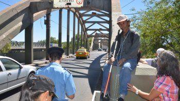 José Soto, un no vidente al que le quitaron una pensión de PAMI, se encadenó en el puente viejo y el operativo policial derivó en filas interminables.