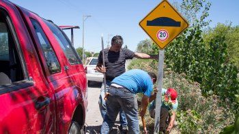Para contrarrestar la falta de controles, el Municipio multiplica los carteles señalizadores para prevenir accidentes.
