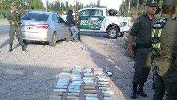 Unos 100 ladrillos de marihuana transportaban los narcos apresados.