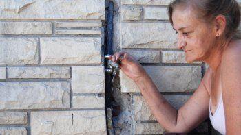 Marta sufre la falta de agua en su casa del barrio Don Bosco.