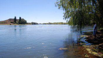 Se metió al río a pescar y se ahogó