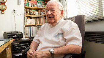 Con ambo y sentado en su consultorio, como hizo durante más de cinco décadas, Tomás recordó su trayectoria.