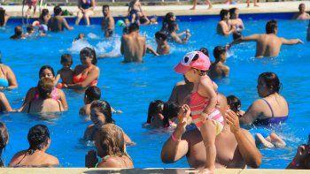 La pile, a pleno. Cientos de familias aprovechan el enorme predio y la piscina olímpica de la Isla Jordán.