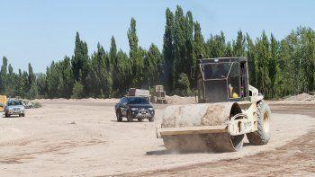 Desde hace algunos meses se observan más obreros y máquinas. Actualmente, realizan el desvío de un canal.