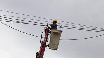 Comenzó a llegar la solución de la luz al barrio Costa Esperanza.