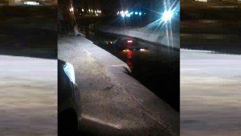 La encandilaron y terminó con su auto adentro del canal