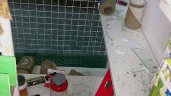 Como sonó la alarma, los ladrones dejaron varias cajas tiradas.