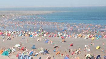 La playa se llenó con un día en el que el mar fue el único refugio.