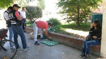Detuvieron a una mujer cuando retiraba una encomienda con 7 kilos de hojas de coca