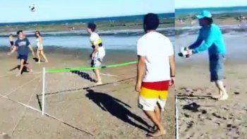 El turco Ergün Demír jugó al fútbol-tenis en la playa
