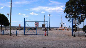 El portón de ingreso al muelle Heleno Arcángel permanece cerrado.