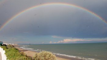 El arcoíris apareció con todo su esplendor en la playa de Las Grutas.
