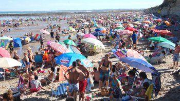 En las playas de Las Grutas se observa mucho más espacio libre que en enero. Los registros de ocupación son negativos.