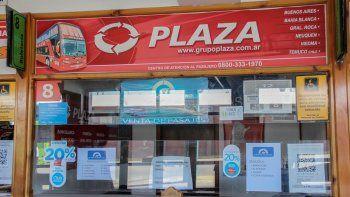 En las boleterías del Grupo Plaza en la terminal de Cipolletti no hay nadie que brinde respuestas. Aconsejan llamar al 0800-333-1970 por cualquier duda.