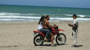 Las motos circulando por la playa son una costumbre en Las Grutas.