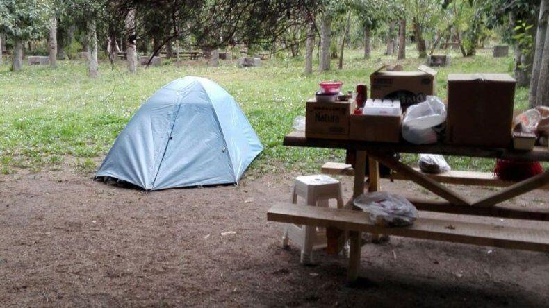 Cintia y su pareja están viviendo en una carpa en San Martín de los Andes. El miércoles 22 arrancará a dar clases en la Escuela Especial 8.