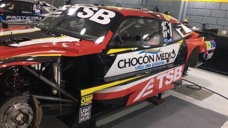La Chevy de Urcera ploteada con los mismos colores y número.