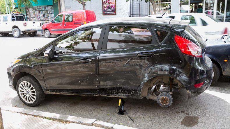 Ladrones se robaron dos ruedas de un auto estacionado en pleno centro