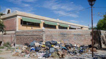 Vecinos de las 432 viviendas están hartos de las montañas de basura