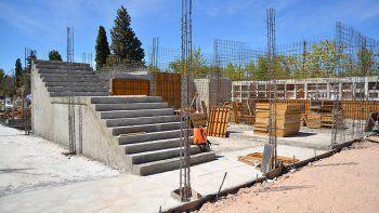 Para evitar el colapso, el cementerio crece hacia arriba, para lo que deberán construirse escaleras amplias e instalar ascensores.
