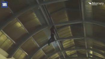 Un mago borracho intentó trepar por un techo y se cayó