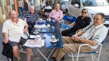 Desde bien temprano y hasta el mediodía, cualquier día de la semana, empresarios, comerciantes y ex concejales se juntan en el Bar Cipolletti a recordar viejas anécdotas y discutir el presente.