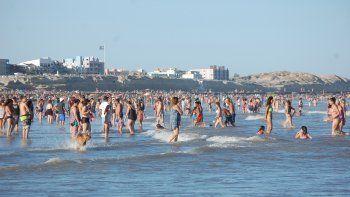 Quienes viajaron a Las Grutas fueron recibidos con un sol a pleno, ideal para pasar el día en la arena y el mar.