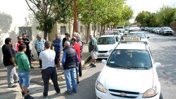 Los taxistas quieren mayores controles para los malabaristas callejeros.