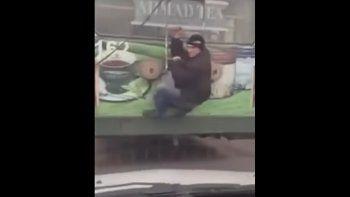 Intentó viajar en colectivo sin pagar pero lo golpearon