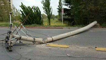 El viento tiró un poste y varios barrios se quedaron sin luz ni agua