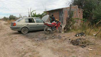 Los vehículos robados se encontraban estacionados en el patio de la casa.
