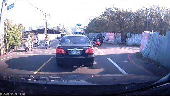 Dos motos chocaron pero nadie paró para ayudarlos