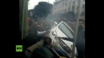 Levantaron un auto para rescatar a una mujer herida