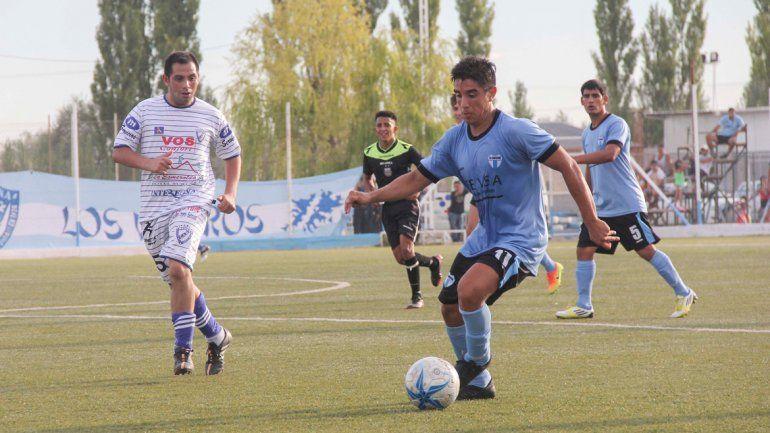 Villacorta la rompió en Los Menucos. Hizo tres goles y sirvió el centro para el tanto de Mora que cerró el resultado.