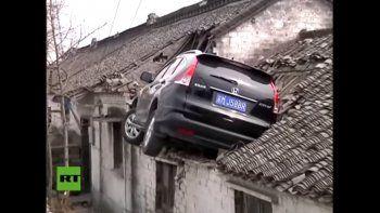 Perdió el control y terminó en el techo de una casa