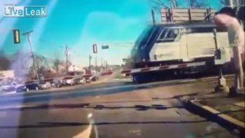 Salvaron a una abuela de ser atropellada por un tren