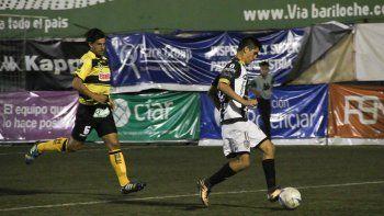 Del Prete encarando por la derecha del ataque albinegro ante la marca de Mansilla, uno de los centrales habituales en la formación del Deportivo Madryn.