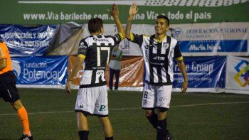 El saludo de Opazo con Gaitán. Todo el plantel corrió a abrazar al Monito tras el 2-0 parcial.