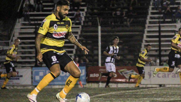 Deportivo Madryn se hizo fuerte en el Mundialista y empató ante Alvarado.