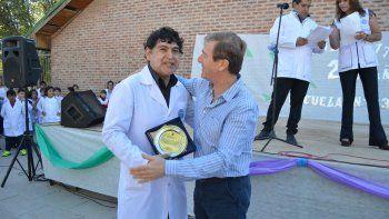 Tortoriello entregó una placa a la escuela por los 25 años.