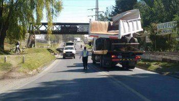 un camionero no calculo bien y choco el puente del tren