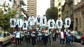 maestros rionegrinos participan de la marcha federal de docentes