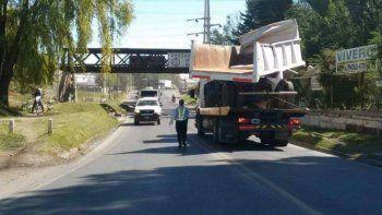 Un camión embistió el puente ferroviario con el acoplado.