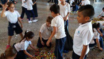 Chicos del colegio Brentana y docentes ayudaron a cargar el camión.