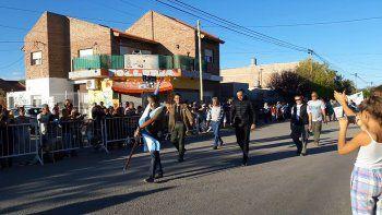 Cientos de cipoleños asistieron al emotivo desfile organizado por FM Puerto Argentino