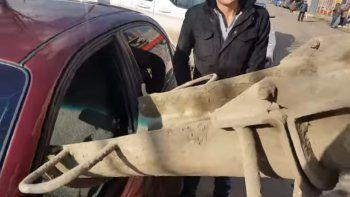 Se vengó de su esposa y le llenó el auto con cemento