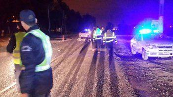 un motociclista borracho choco contra un auto en la ruta 65