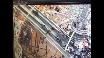 Una escalera cambió de dirección y provocó un caos