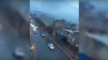 Mirá cómo un rayo impacta contra un auto en movimiento