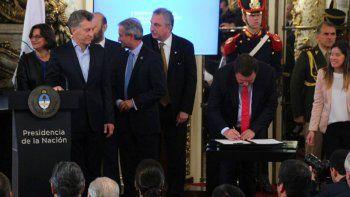 weretilneck firmo el acuerdo para modernizar el estado junto a macri